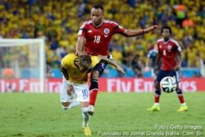 Neymar-foi-atingido-pelo-do-lateral-colombiano-Zuñiga-e-está-fora-da-Copa-do-Mundo-de-2014.-390x260